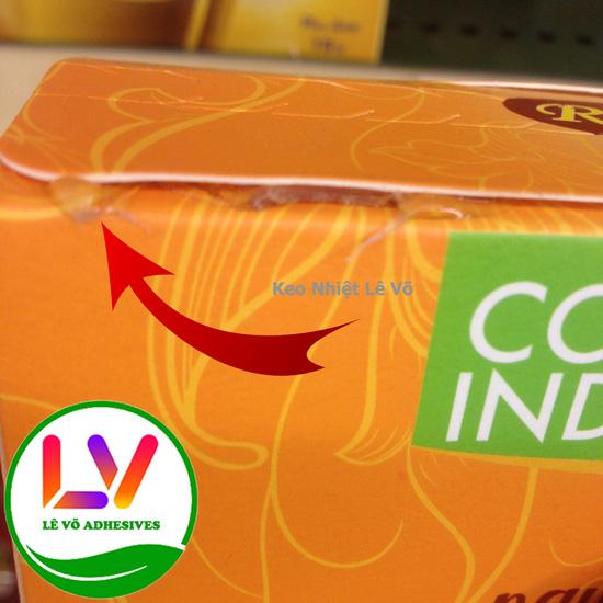 Độ keo dày nhưng độ dính rất thấp là do sử dụng không đúng loại keo nến dán hộp giấy.