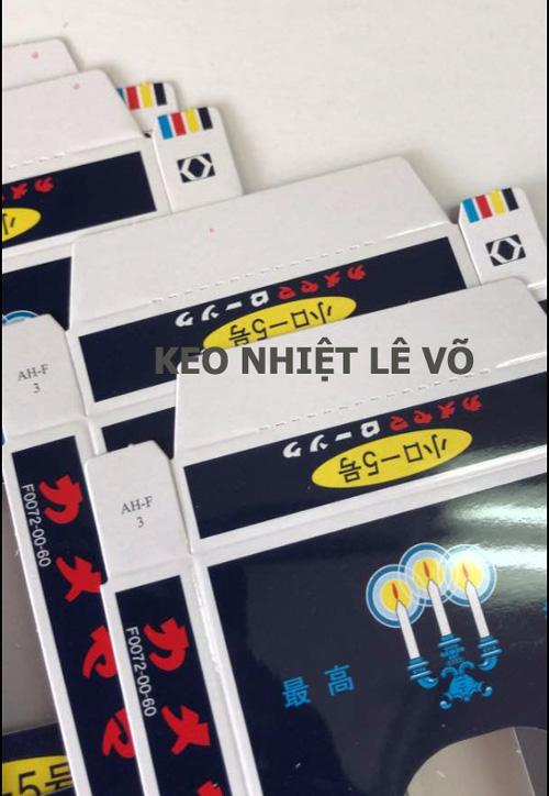 Keo Nến Vàng Cao Cấp LV12 dùng để dán niêm phong hộp giấy có 2 mặt đều là mặt láng bóng và mịn, hộp giấy có cán màng.