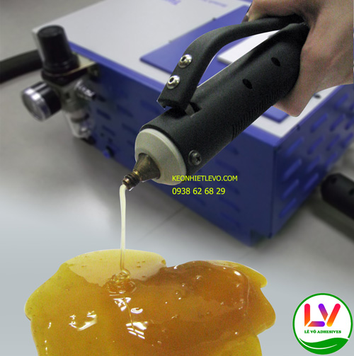 Keo nóng chảy PSA sau khi phun ra để dán hộp giấy bằng máy phun keo của hệ thống đóng gói tự động
