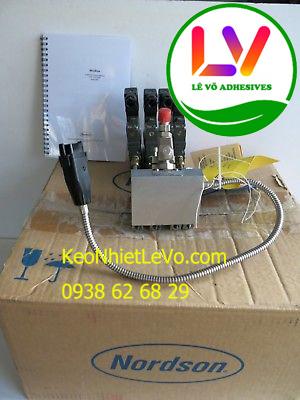 Keo nhiệt dán thùng carton bằng máy phun keo Nordson