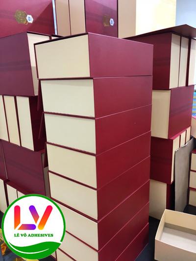 Sản xuất hộp cứng cao cấp, hộp cứng có nắp, hộp âm dương bằng keo nóng chảy (keo hotmelt).