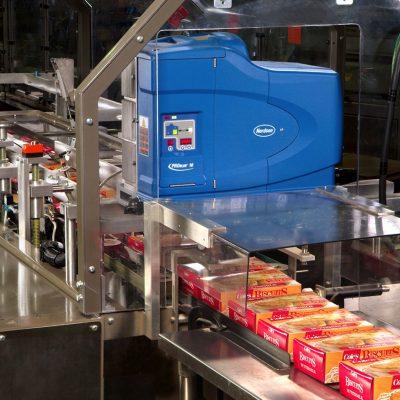 Hệ thống phun keo nóng chảy và đóng gói thùng carton tự động.
