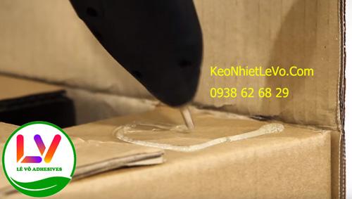 Súng bắn keo nến là 1 trong những cách thủ công đóng gói thùng carton thay thế băng keo hiện nay.