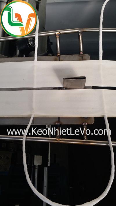 Ứng dụng dán quai túi giấy bằng keo hotmelt