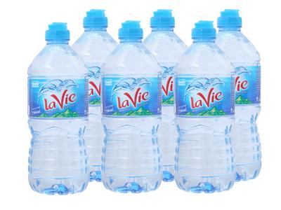 Dán nhãn chai nước suối