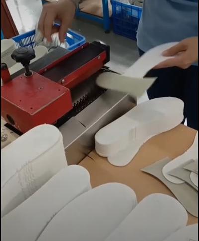 Sau khi lăn miếng lót qua máy lăn keo nóng chảy thì chỉ cần dán lên là được